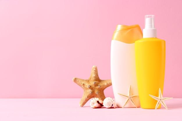 Crèmes solaires sur fond coloré. protection de la peau contre les rayons ultraviolets. photo de haute qualité