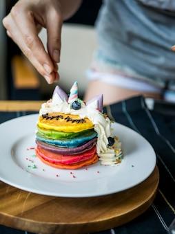 Crêpe arc-en-ciel de licorne mignonne fraîchement cuite repas pour les enfants.