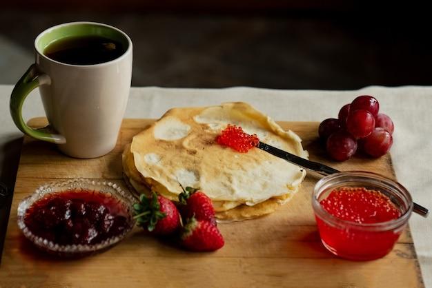 Crêpe au caviar rouge pour le petit déjeuner, une tasse de thé