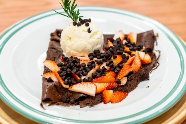 Crêpe au chocolat avec glace à la fraise et à la vanille