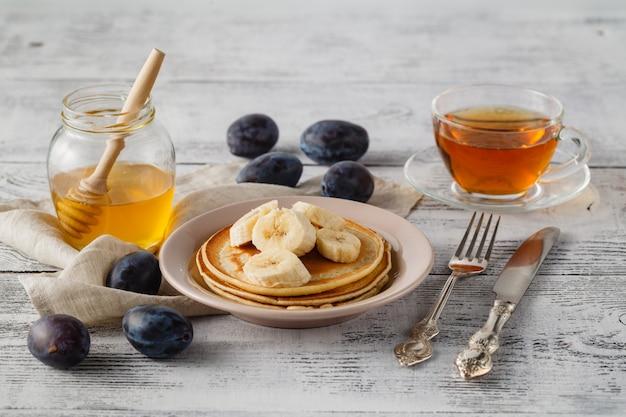 Crêpe aux amandes et aux bananes avec du miel