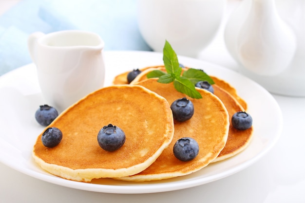 Crêpe aux bleuets baies dans une assiette sur un fond blanc