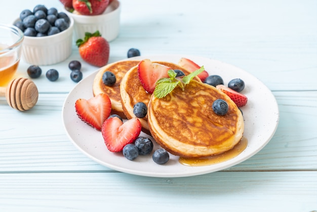 Crêpe aux bleuets frais, fraises fraîches et miel