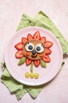 Crêpe aux fleurs mignonne aux baies pour le petit-déjeuner des enfants
