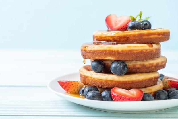 Crêpe aux myrtilles fraîches, fraises fraîches et miel