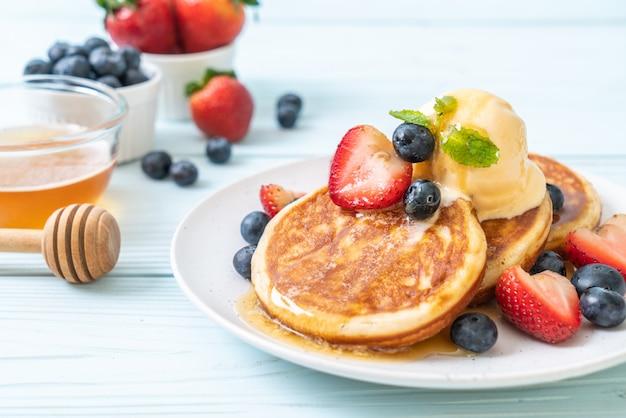 Crêpe aux myrtilles, fraises, glace au miel et à la vanille