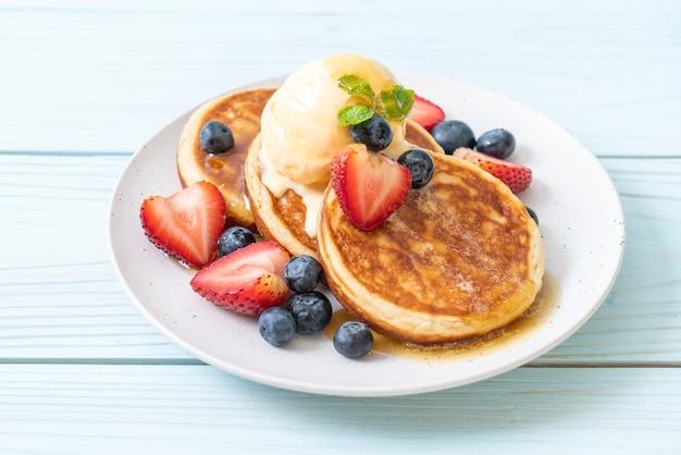 Crêpe aux myrtilles, fraises, miel et glace vanille
