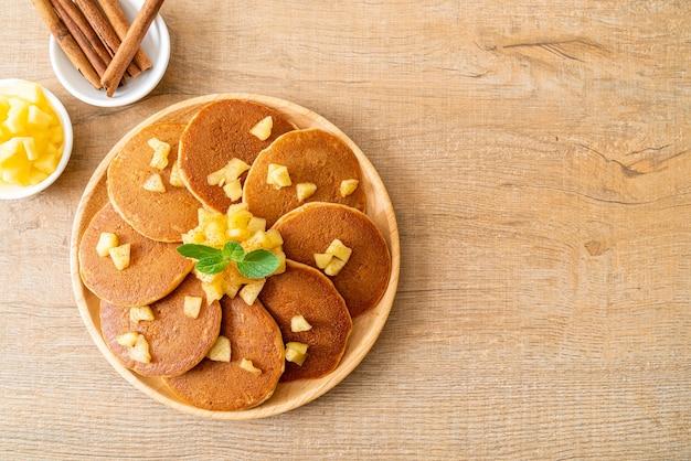 Crêpe aux pommes ou crêpe aux pommes avec de la cannelle en poudre