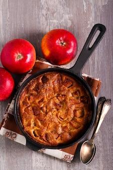 Crêpe aux pommes dans une poêle