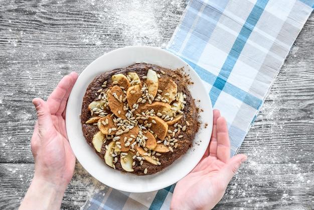 Crêpe d'avoine au chocolat avec pommes et graines de tournesol