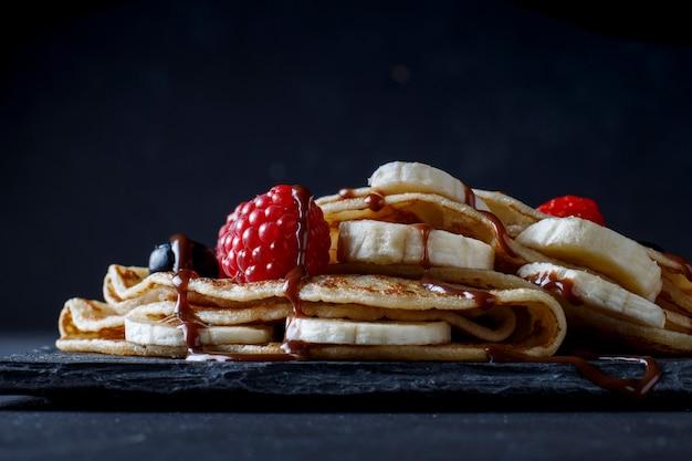 Crêpe à la banane, fraise et chocolat