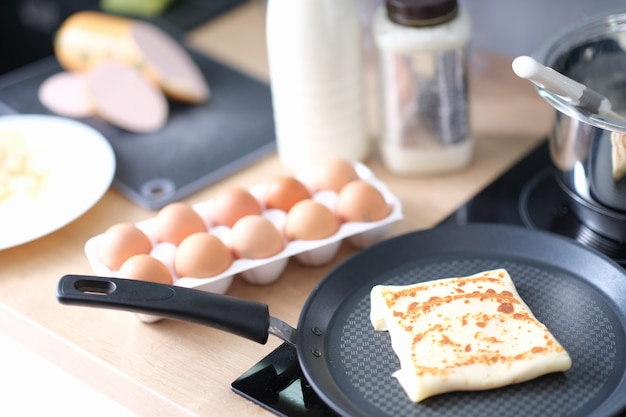 Crêpe avec une délicieuse friture de remplissage dans une casserole en gros plan de la cuisine