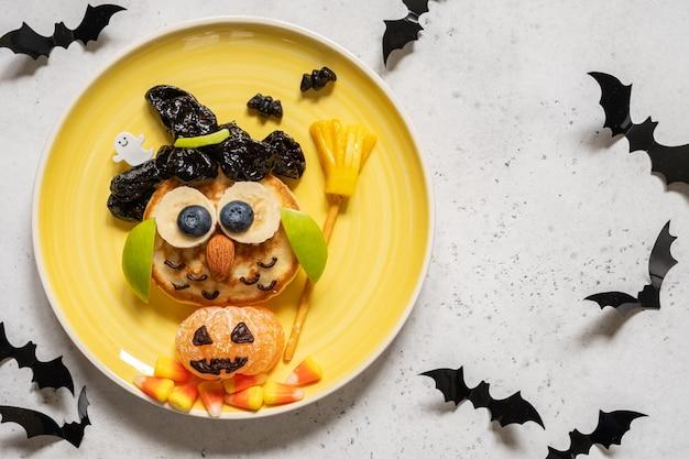 Crêpe de hibou aux fruits pour le petit-déjeuner des enfants à l'halloween