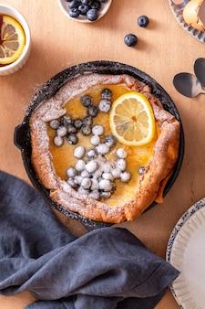 Crêpe hollandaise fraîche aux myrtilles pour le petit déjeuner ou le brunch
