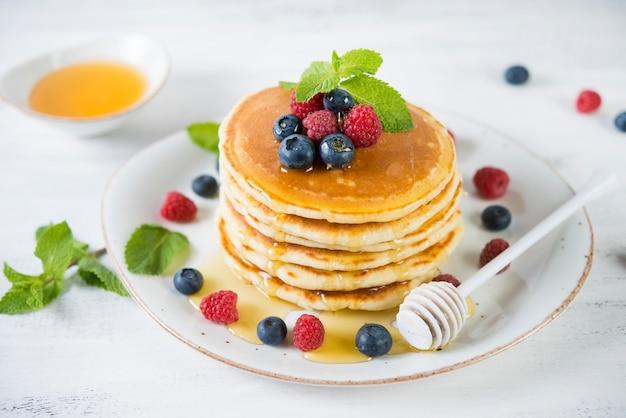 Crêpes américaines aux fruits frais et au miel