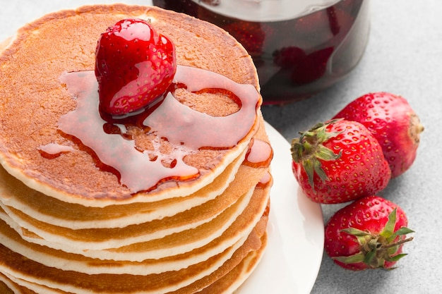 Crêpes en angle avec sirop de fraise