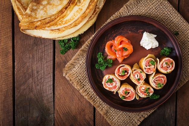 Crêpes appétissantes au saumon et au fromage à la crème