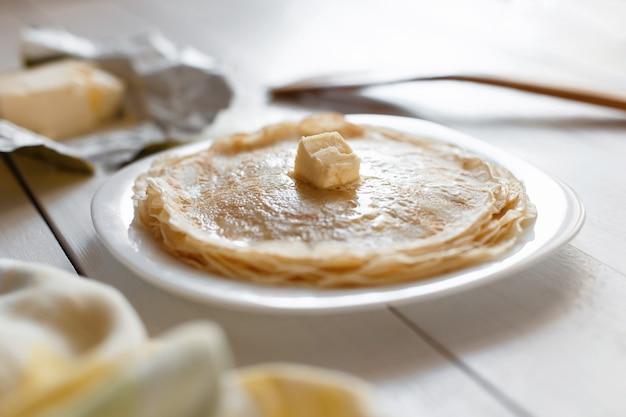 Crêpes au beurre sur une assiette