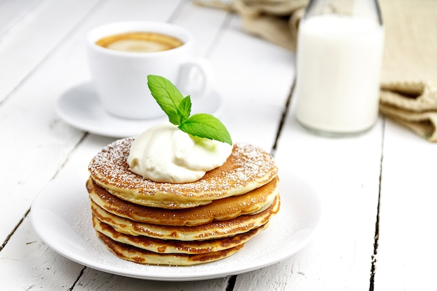 Crêpes au café et au lait sur une table en tableaux blancs