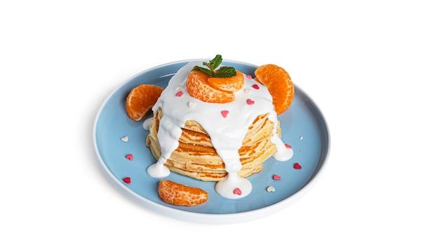 Crêpes au chocolat blanc et mandarines isolés sur blanc.