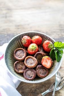 Crêpes au chocolat minuscules dans un bol avec des fraises