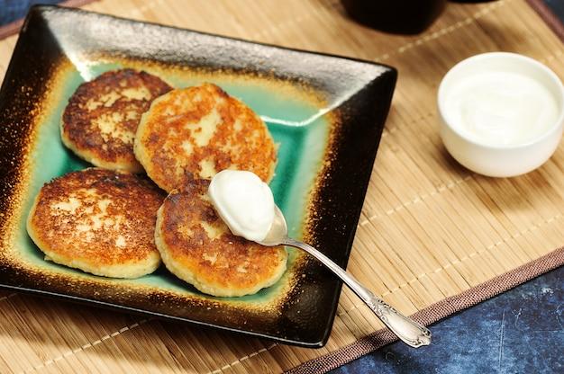 Crêpes au fromage cottage fraîchement cuites avec de la crème sure