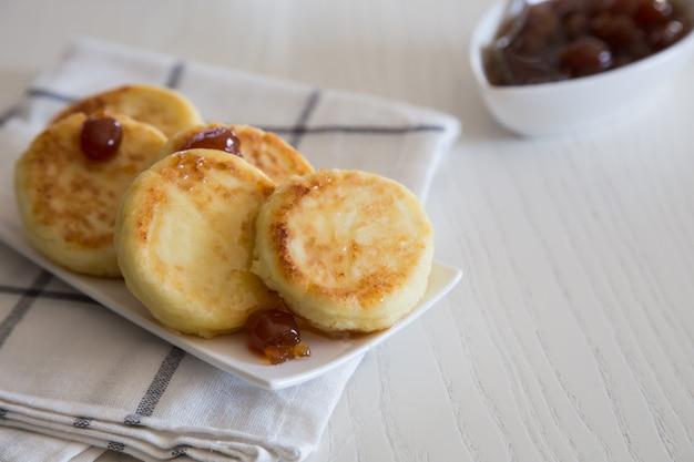 Crêpes au fromage cottage, syrniki traditionnelles ukrainiennes et russes faites maison. petit-déjeuner sain/