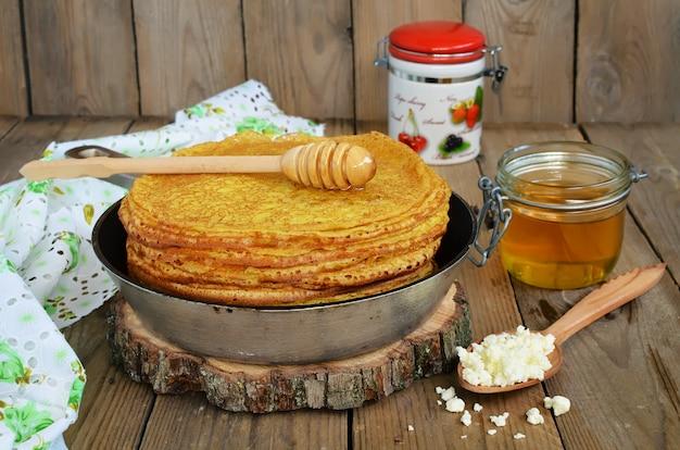Crêpes au fromage cottage sur une table en bois