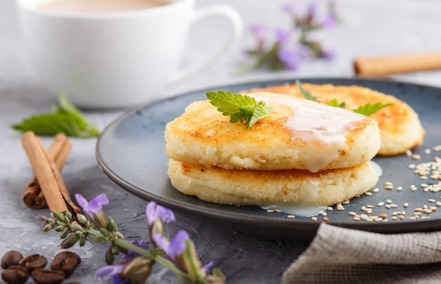 Crêpes au fromage sur une plaque en céramique bleue et sur un béton gris.