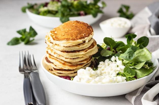 Crêpes au fromage avec salade et fromage cottage