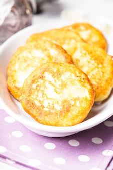 Crêpes au fromage se bouchent sur la plaque