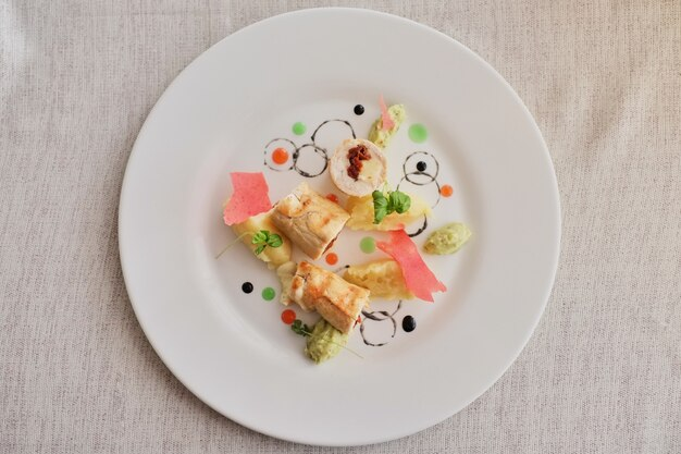 Crêpes au jambon en tranches et au fromage décorées avec un fond clair de salade