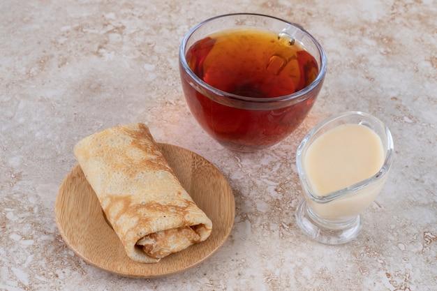 Crêpes au lait concentré et une tasse de thé