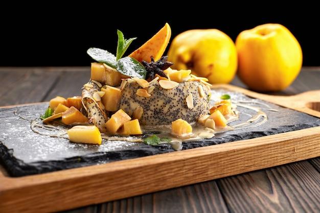 Crêpes aux coings, sur une pierre noire, ardoise, sur une planche de bois