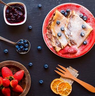 Crêpes aux fraises fraîches ou crêpes aux fruits et au chocolat