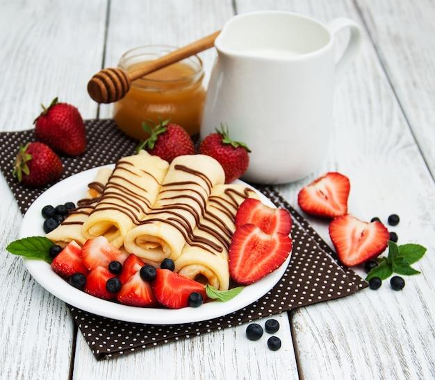Crêpes aux fraises et sauce au chocolat