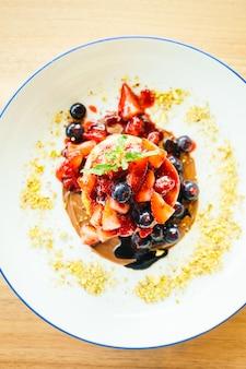 Crêpes aux fruits mélangés dans une assiette blanche