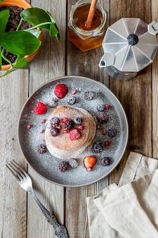 Crêpes aux mûres, framboises et groseilles rouges. cuisine américaine.