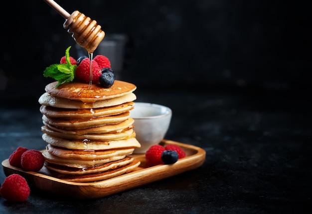 Crêpes aux myrtilles, framboises, menthe et miel pour un petit déjeuner