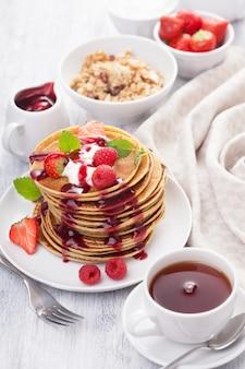 Crêpes aux petits fruits et confiture pour le petit déjeuner