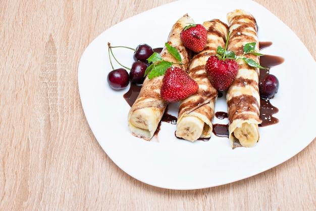 Crêpes à la banane et fraises sur une assiette