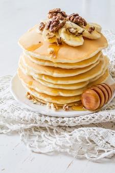 Crêpes à la banane, noix et miel