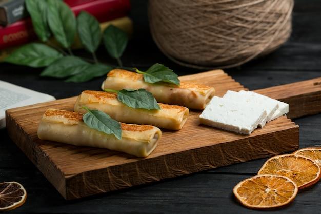 Crêpes, blinchik russe servies avec du fromage blanc