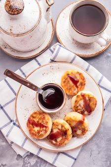 Crêpes caillées sauce aux fraises. photo tonique. vue de dessus