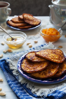 Crêpes à la citrouille avec du miel et du thé