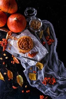 Crêpes à la citrouille garnies de caramel, de citrouilles, de feuilles.