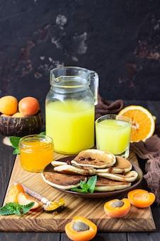 Crêpes à la confiture, à l'abricot et à la menthe. dessert délicieux pour le petit déjeuner.