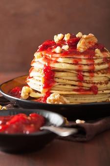 Crêpes à la confiture de fraises et aux noix. dessert savoureux