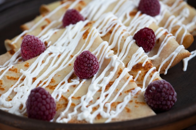 Crêpes à la crème sure et à la framboise. délicieux petit déjeuner à la maison.