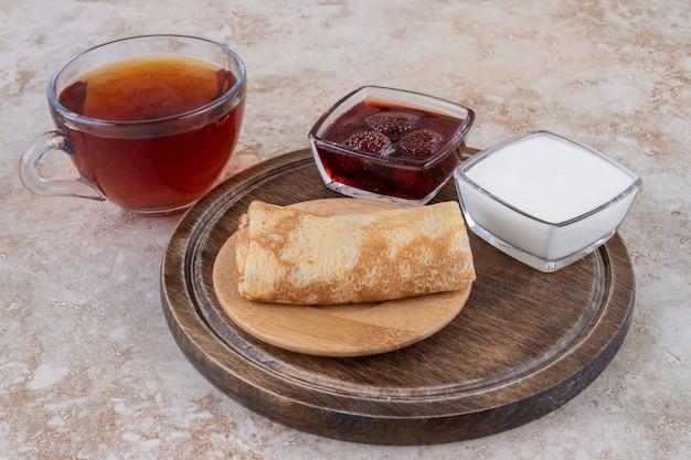 Crêpes à la crème sure et une tasse de thé